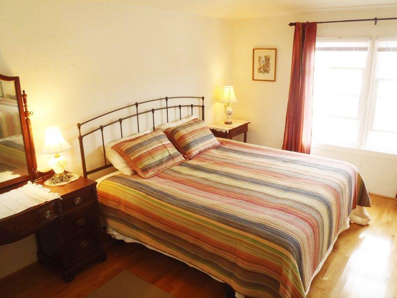 El dormitorio principal tiene armarios muy grandes y un medio baño.