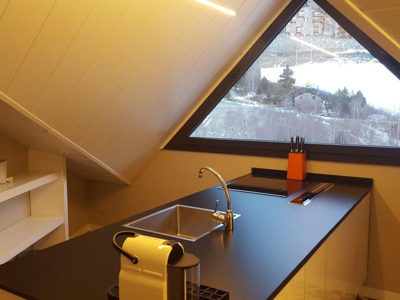 Cocina con vistas a la pista de esqui.