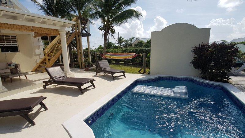 et hamac sunloungers Comfy autour de la piscine