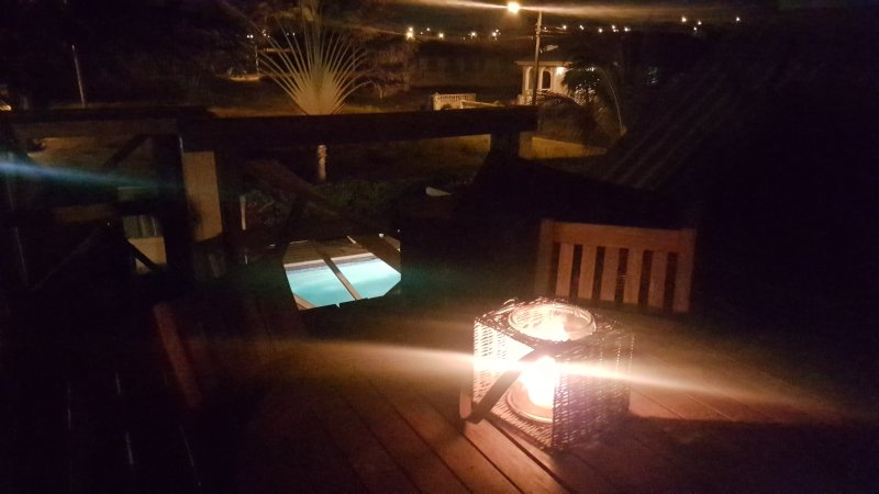 Vue sur la piscine la nuit