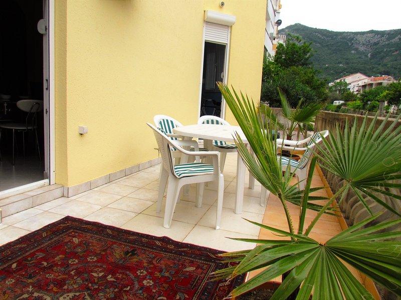Bright and fresh beach apartment, vacation rental in Budva