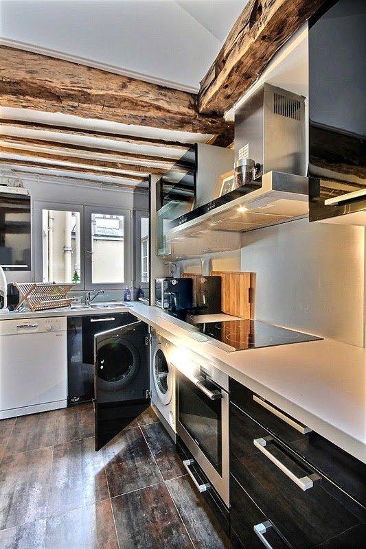 Kök: en bar med 2 barstolar, kylskåp, frys, induktionshäll, köksfläkt, ugn, mikrovågsugn.