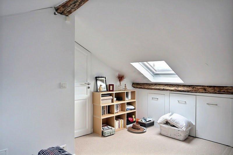 Mat: matbord för 4 personer, bäddsoffa (tunn matte), inbyggd vägg garderob.