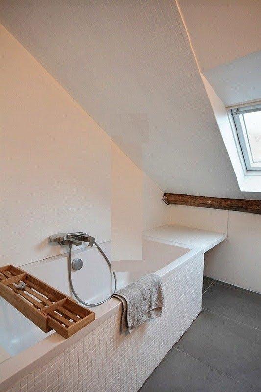 Badrum 1 är utrustad med: handfat, badkar med dusch, toalett, klinkergolv. Det är mellan