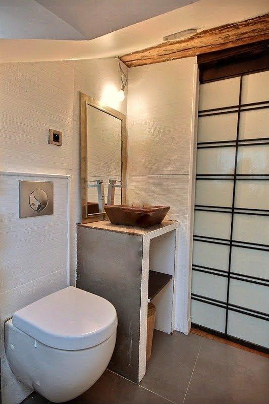 är utrustade med handfat, badkar med dusch, toalett, klinkergolv. Det är mellan bedroo