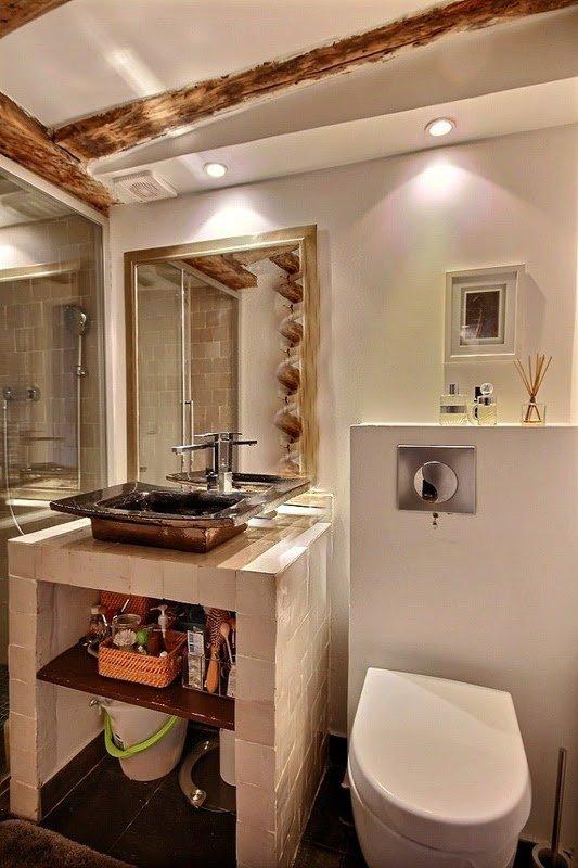 Badrum 2 är utrustade med handfat, dusch, toalett.