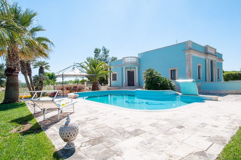 Spacious Villa with Pool in Puglia for 8 people, holiday rental in Putignano