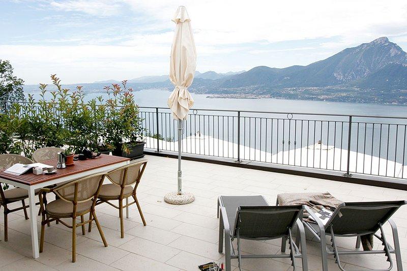 Die herrliche Terrasse mit Panoramablick auf den Gardasee Wohnung Chestnut