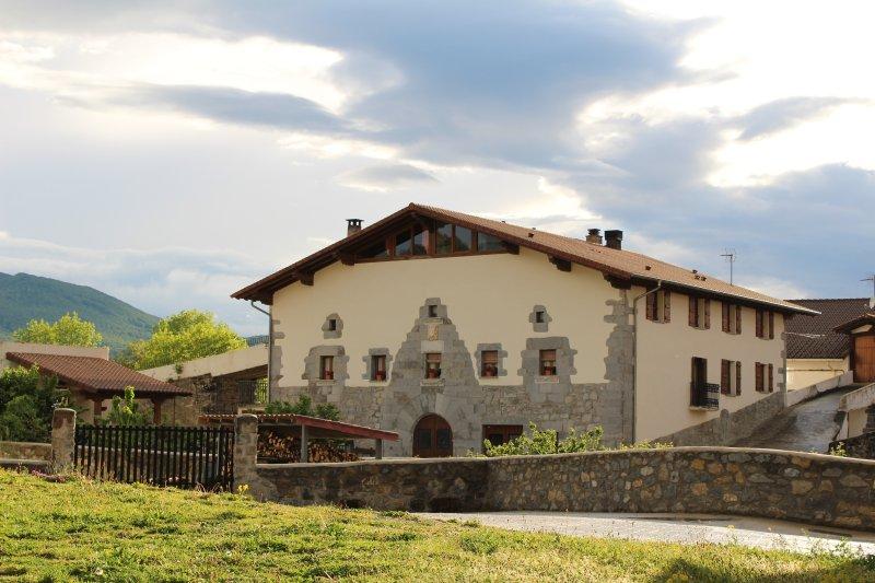 Apartamento rural katxenea con encanto rodeado de naturaleza, holiday rental in Navarra