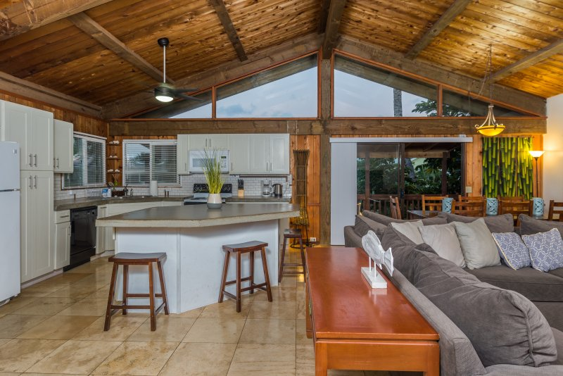 tectos abobadados agradáveis e paredes de madeira tornar a casa linda.
