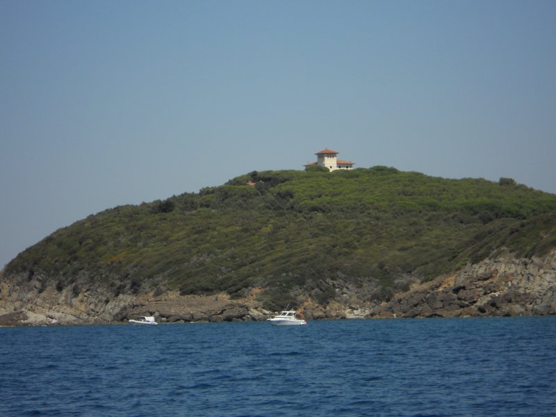The Villa is on the promontory that borders the Gulf of Baratti, surrounded by the Mediterranean