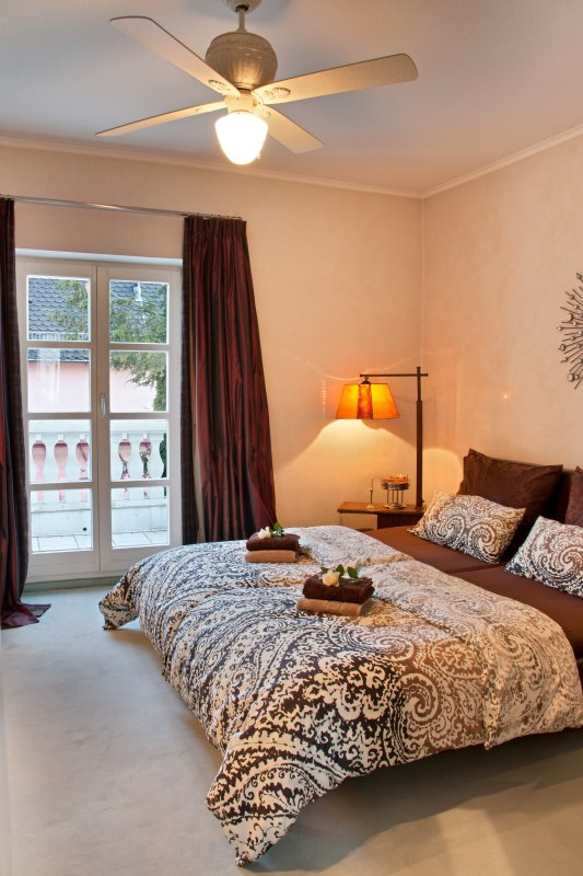 Room with south-facing balcony, king-size double bed (1,80m x 2,00m)