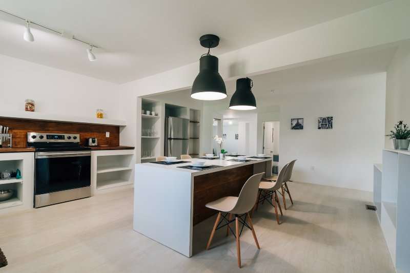 cuisine élégante avec une table à manger