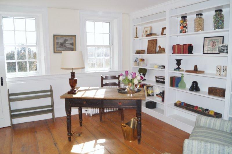 Studien har ett skrivbord om du behöver ett tyst utrymme för att göra lite arbete eller bara skriva ut ett vykort! - 117 Old Wharf Road Chatham Cape Cod - New England Semesterbostäder