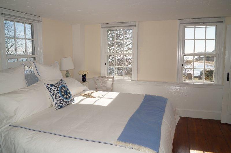 2: a våningen. Sovrum # 2 med en kung säng och härlig utsikt - 117 Old Wharf Road Chatham Cape Cod - New England Vacation Rentals