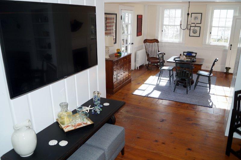 Vardagsrummet öppnar upp till ett spelrum - 117 Old Wharf Road Chatham Cape Cod - New England Vacation Rentals