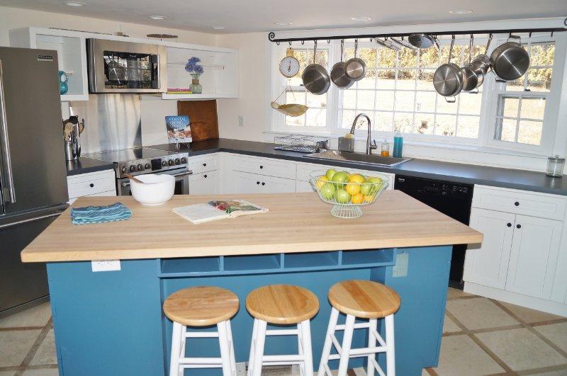 Frukostbaren har 3 avföring - 117 Old Wharf Road Chatham Cape Cod - New England Vacation Rentals