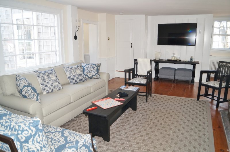 Vardagsrum med plattskärms-TV - 117 Old Wharf Road Chatham Cape Cod - New England Vacation Rentals
