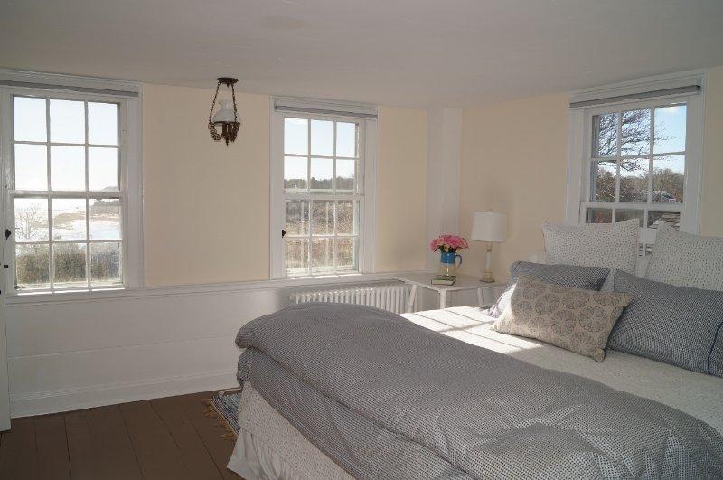 2: a våningen. Sovrum # 3 med en kung säng och härlig utsikt-117 Old Wharf Road Chatham Cape Cod - New England Vacation Rentals