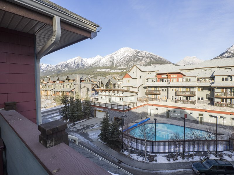 Top Floor Mountain View Retreat, holiday rental in Canmore