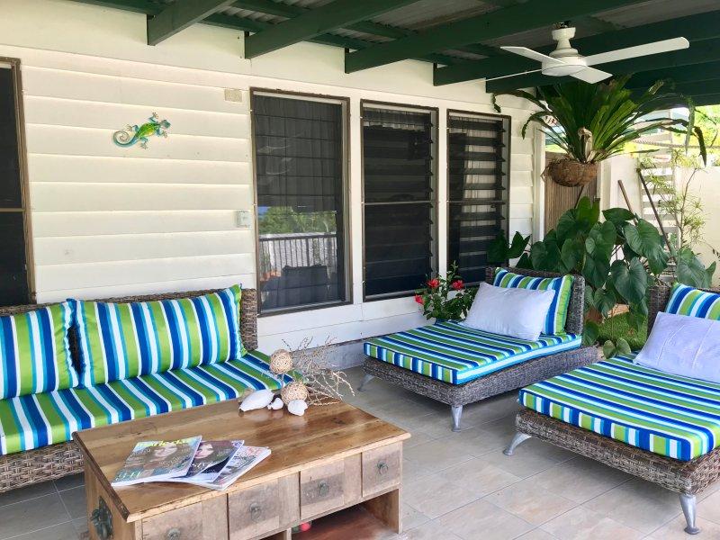 Lounge zone par le piscine