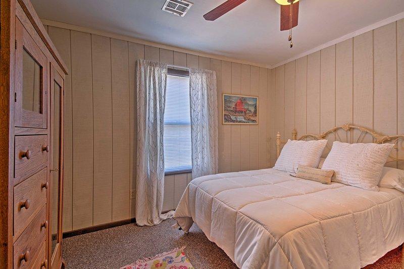 Una cama llena destaca este precioso dormitorio.