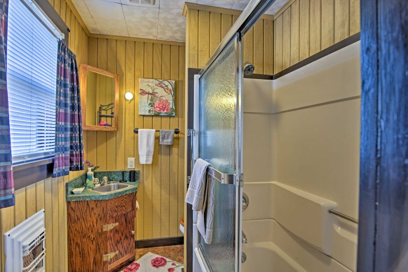 Refrescarse durante un día emocionante en este cuarto de baño completo.