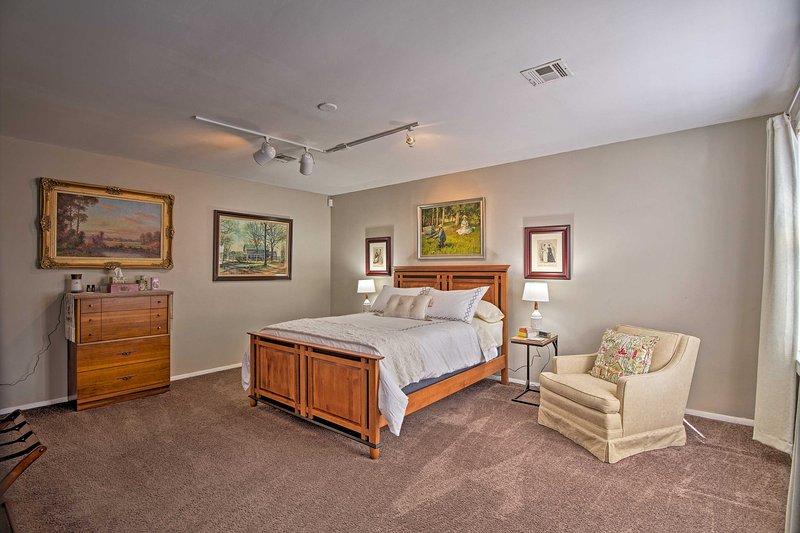 El dormitorio principal cuenta con una cama similar a una nube.