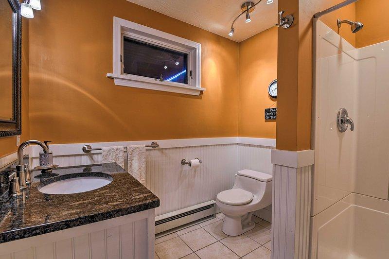 Lavar el polvo rastro en este baño de ducha a ras de.