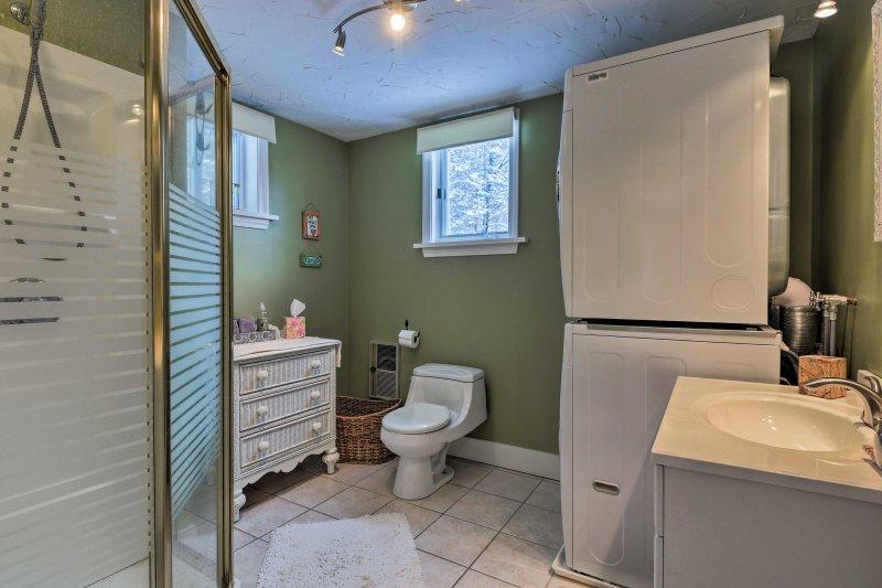 Este baño contiene una ducha a ras de.