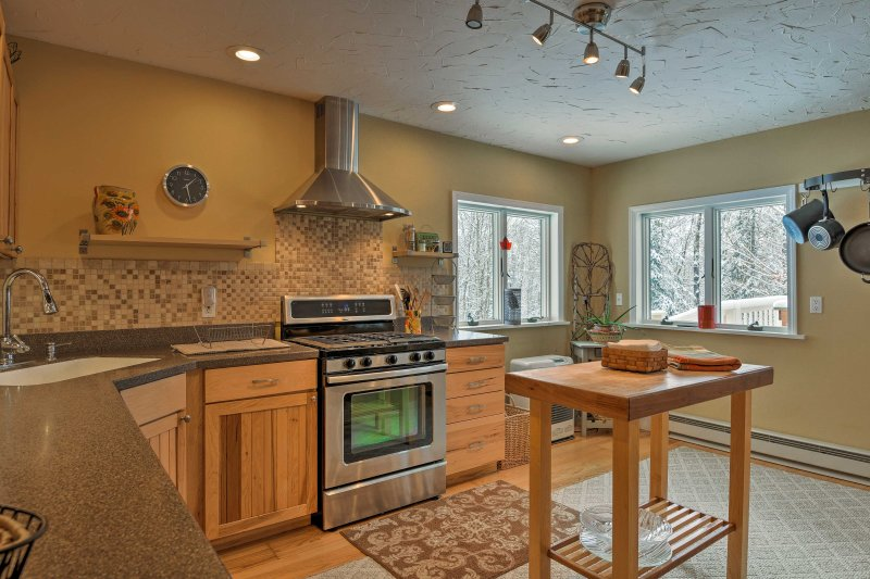 Complete with stainless steel appliances, this kitchen makes cooking fun & easy.
