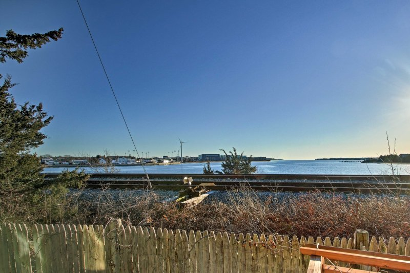 All 6 guests will love the views of the Cape Cod Canal from the deck!