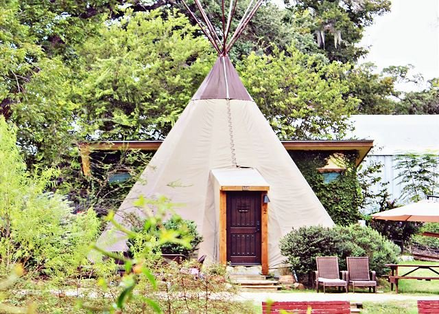 FUN Teepee * Geronimo Creek Retreat! Heated/AC-Insulated, Kayak, Fish Hot Tub, casa vacanza a Kingsbury