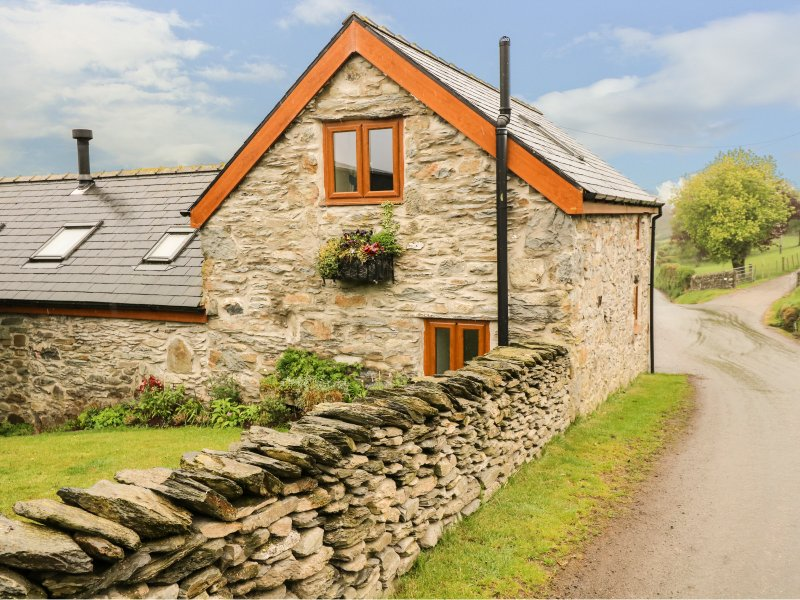 PENDRE UCHAF, pet-friendly, lovely views, enclosed garden, near Ruthin, Ref, holiday rental in Maerdy