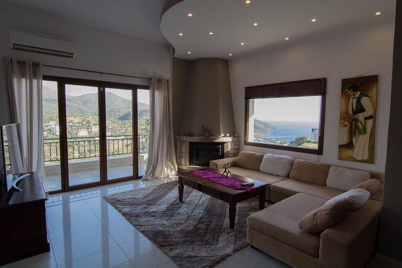 Sea view & mountain view 3 bedroom house, free WiFi, location de vacances à Agios Nikolaos