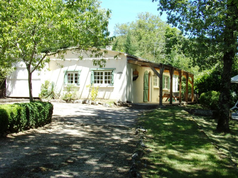 Beautiful private cottage with pool in the Dordogne valley, vacation rental in Lanzac