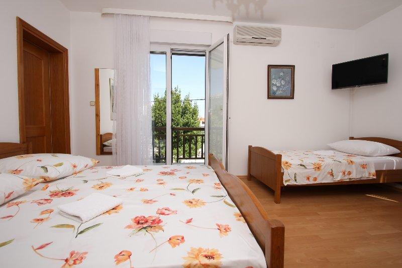 A3 newly furbished studio with balcony near beach, vacation rental in Kastel Stafilic