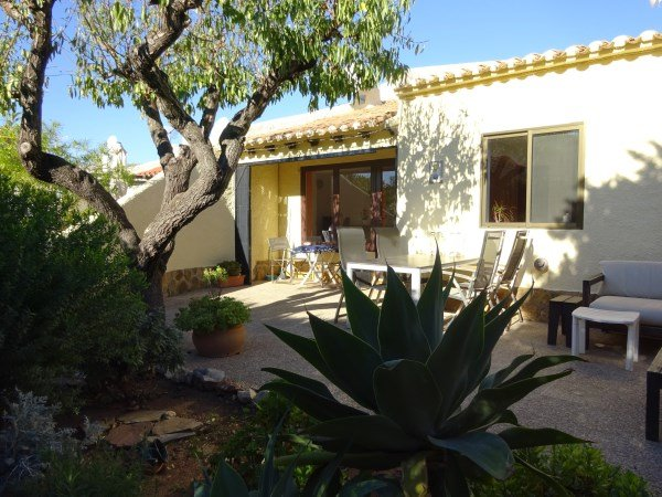 Casa muy acogedora con jardín en urbanización con piscina comunitaria, holiday rental in Calpe