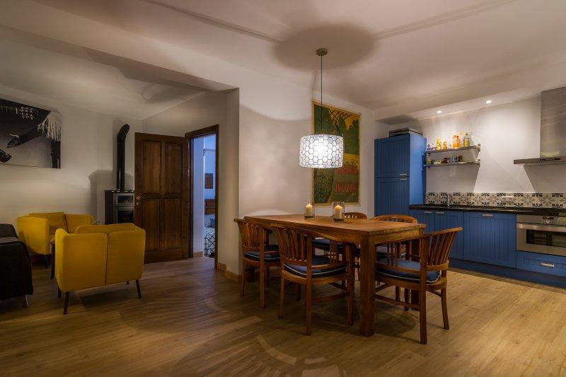 Al piano terra si trova una cucina con tavolo da pranzo, salotto e camera da letto