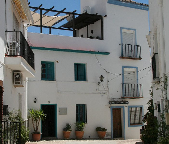 Casa Charcas, holidayhome for 6, with roof terrace in Ojén, close to Marbella, vacation rental in Ojen