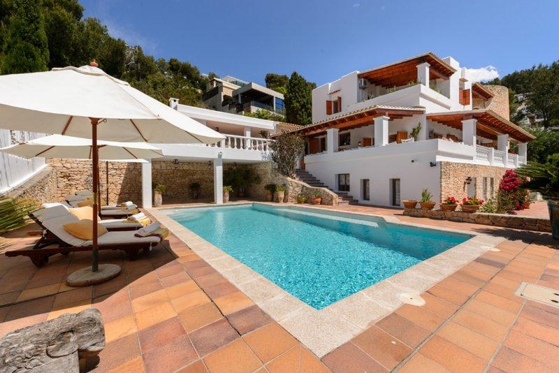 Amazing villa with swimming-pool, casa vacanza a Santa Eulalia del Río