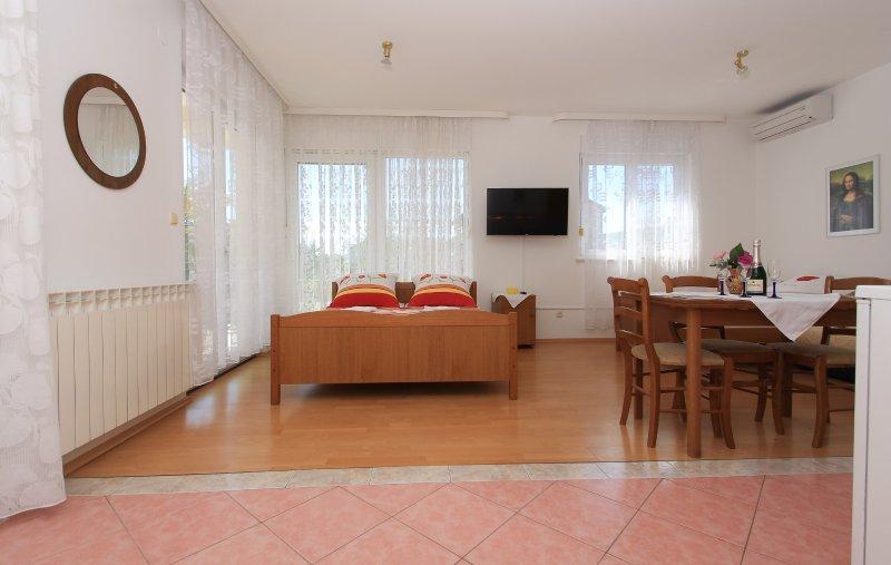 A4 newly furbished studio with balcony near beach, vacation rental in Kastel Stafilic
