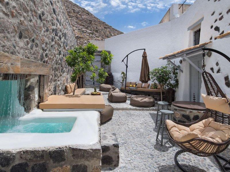 Dandy Cave Villa *Deluxe Villa For Couples & Families*, holiday rental in Emporio