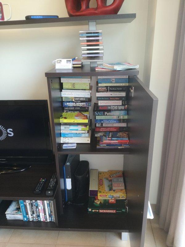 Un montón de libros, juegos, binoculares, mapas y guía para caminar