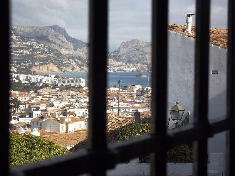 Vue de la fenêtre de la mer Méditerranée.