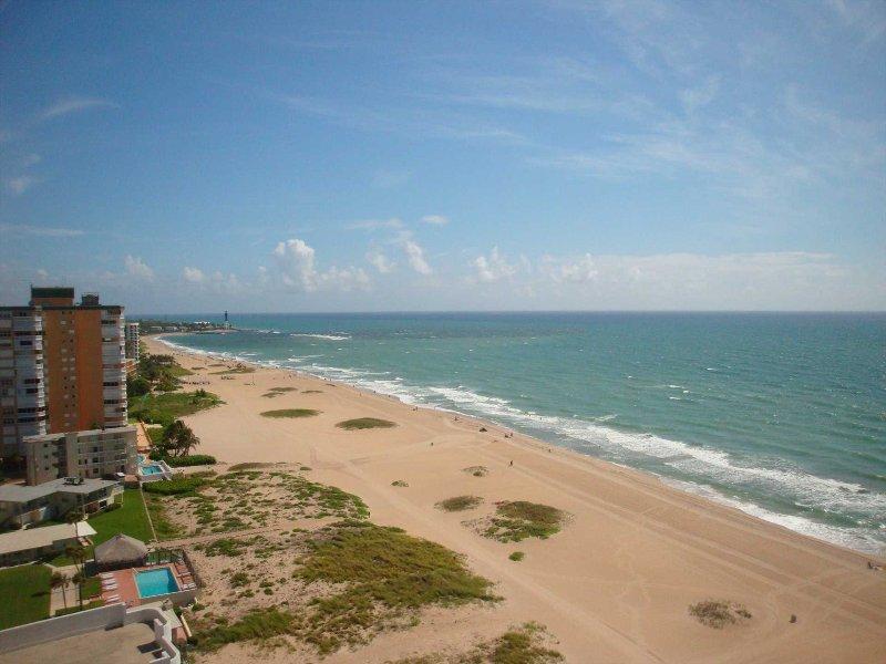 La cálida brisa del Atlántico, arena y surf esperan su llegada.