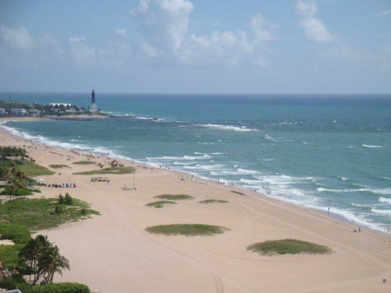 O quentes brisa do oceano, areia e surf aguardam a sua chegada.