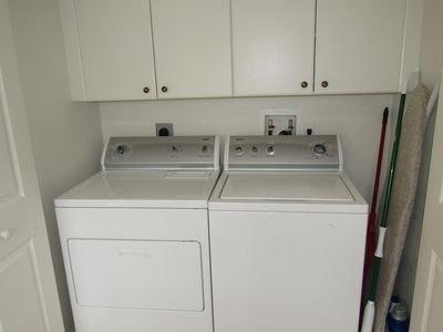 Lavadora y secadora, plancha y tabla de planchar