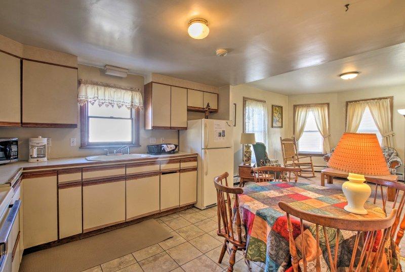 Diese Stadtdomizilam-Stil Einheit verfügt über eine gut ausgestattete Küche, geräumige Schlafzimmer und ein Flachbild-TV.