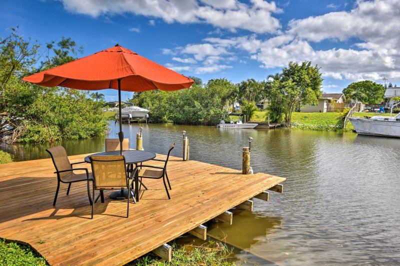 Waterfront Port St. Lucie House w/ Screened Porch!, casa vacanza a Port Saint Lucie